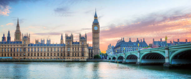 london, uk panorama. big ben in westminster palace on river thames at sunset - вестминстер лондон стоковые фото и изображения