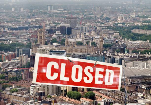 london mit geschlossenem schild - standbildaufnahme stock-fotos und bilder