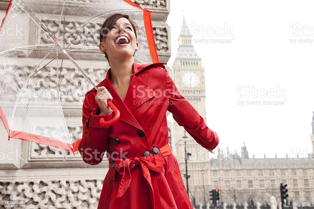 London mulher em vermelho com guarda-chuva - foto de acervo