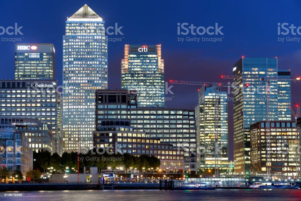 Londons Canary Wharf Finanzviertel in der Dämmerung, – Foto