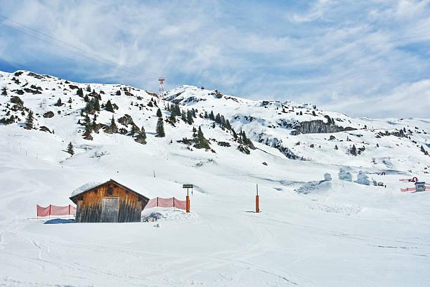 lone hütte im schnee - arlberg hotel stock-fotos und bilder