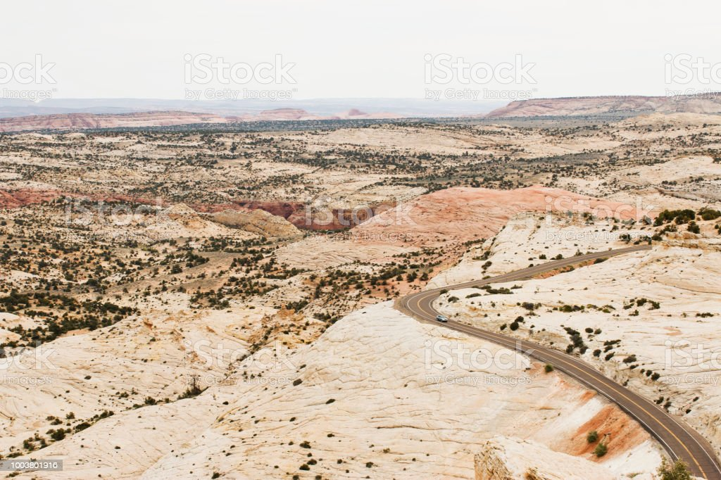 einsame Auto unterwegs auf der Straße in der Wüste – Foto