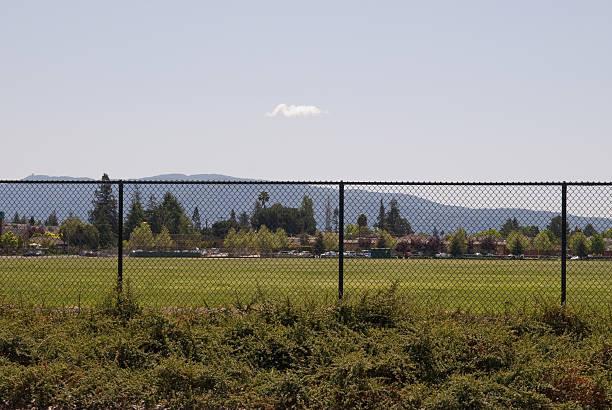 lone cloud in städtische szene - mark tantrum stock-fotos und bilder