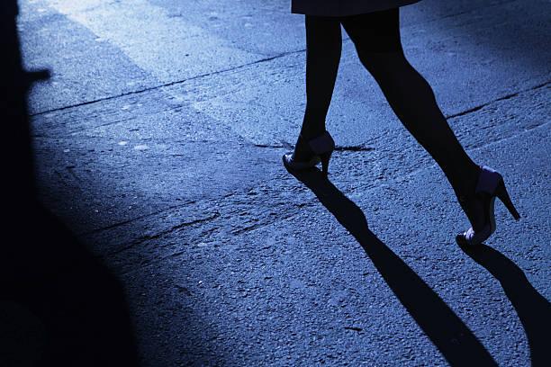 Einsame weibliche stiletto-Absätzen zu Fuß in Blau Nacht Schatten – Foto