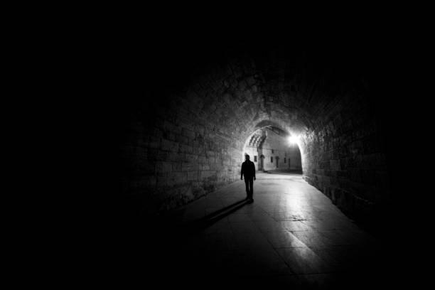 Einsamer Mann zu Fuß durch tunnel – Foto