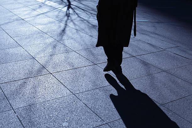 Lone Alter Mann zu Fuß in Blau Nacht Schatten – Foto