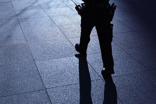Lone Polizist zu Fuß in Blau Nacht Schatten – Foto