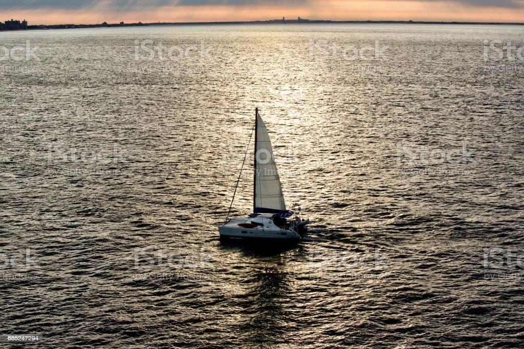 Lone Sailboat on an empty Ocean foto de stock royalty-free