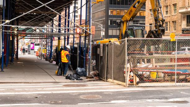 Ein einsamer Sanitärarbeiter reinigt eine Straße in Midtown Manhattan, die während einer Coronavirus-Pandemie verlassen ist. – Foto