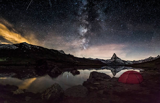 loneley tent under milky way at matterhorn - hdri landscape stockfoto's en -beelden