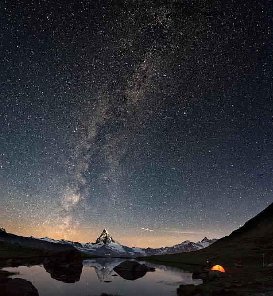 loneley tent under milky way at matterhorn - kanton schweiz stock-fotos und bilder