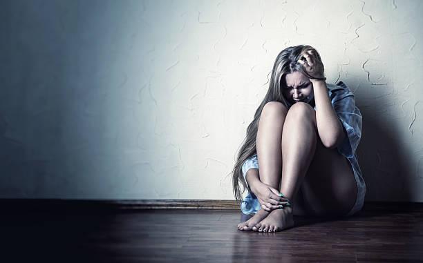 soledad - violencia de genero fotografías e imágenes de stock