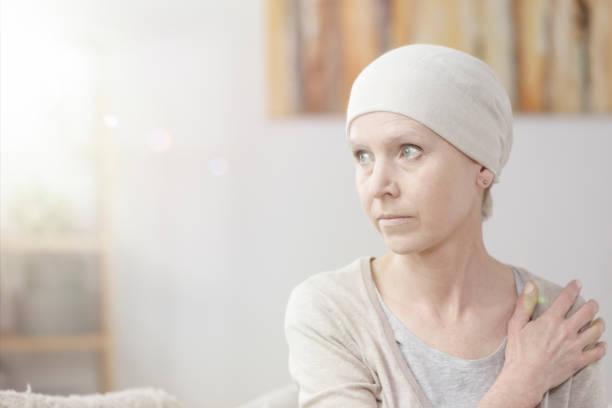 einsam und schwache kranke frau - chemotherapie stock-fotos und bilder