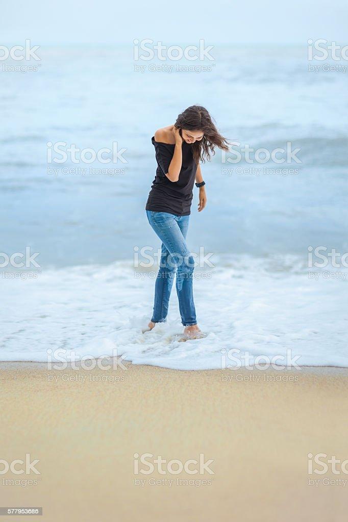 lonely beautiful woman walking on tropical beach – Foto