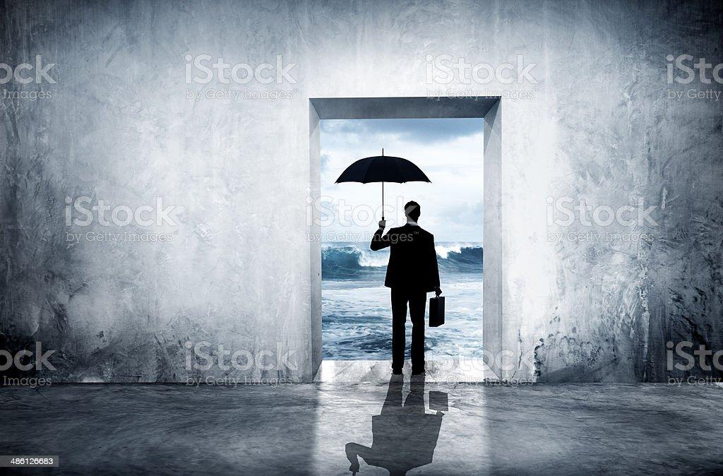 Einsam Geschäftsmann gegenüber wirtschaftlichen Depression Lizenzfreies stock-foto