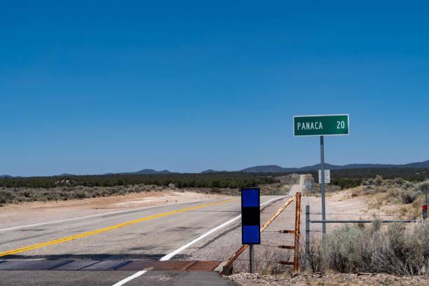 einsame wüste autobahn nach panaca nevada - ortsschild stock-fotos und bilder