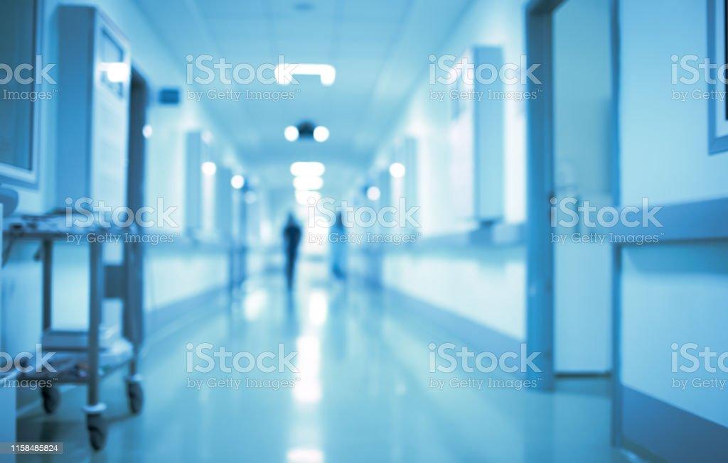 Einsame Figur eines Mannes in einem langen Krankenhauskorridor, unkonzentrierter Hintergrund - Lizenzfrei Abstrakt Stock-Foto