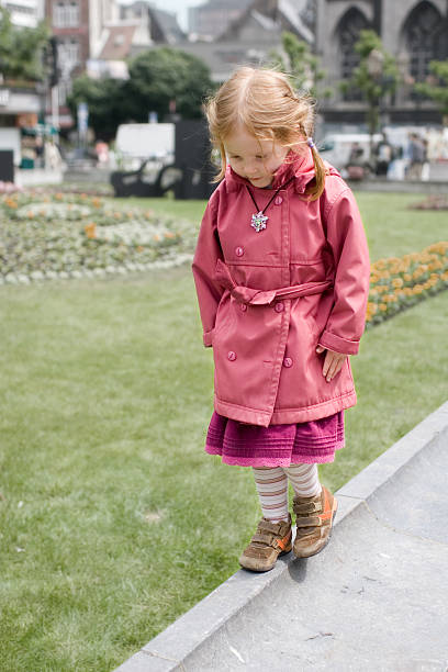 Solitude petite fille se promener le long de - Photo