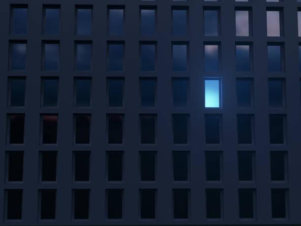 einsame leuchtende Fenster in einem dunklen Haus – Foto