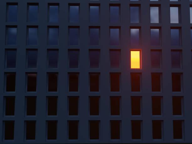 在黑暗的房子裡孤獨的發光的窗戶 - 一個物體 個照片及圖片檔