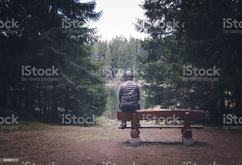 Lonely man sitting on bench foto royalty-free