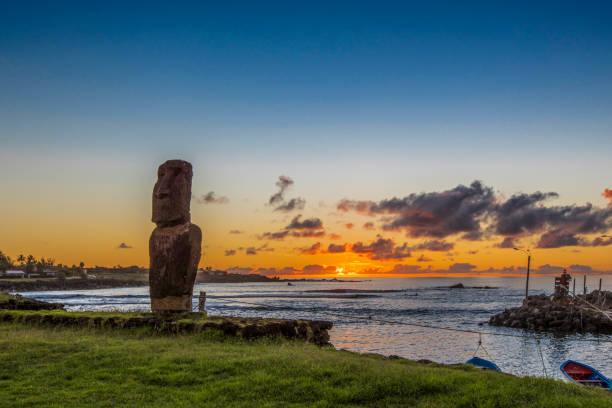 Einsame Moai bei Sonnenuntergang in der Nähe der Marina von Hanga Roa – Foto