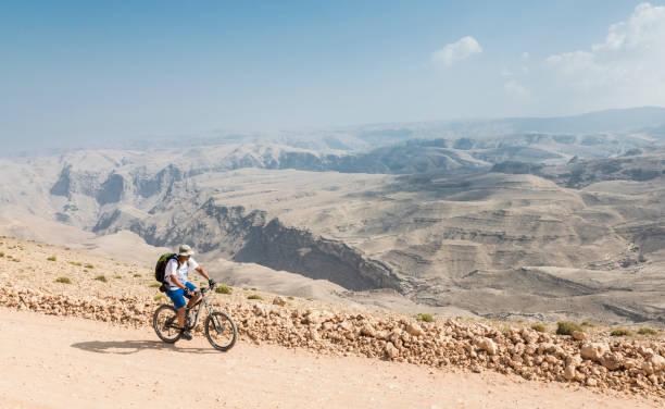 Einsamer Mountainbiker hoch oben im Hajar Gebirge, Oman. – Foto