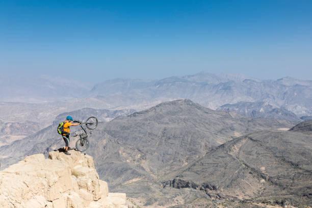 Einsame Mountainbiker posiert im Hajar Mountains, Oman. – Foto