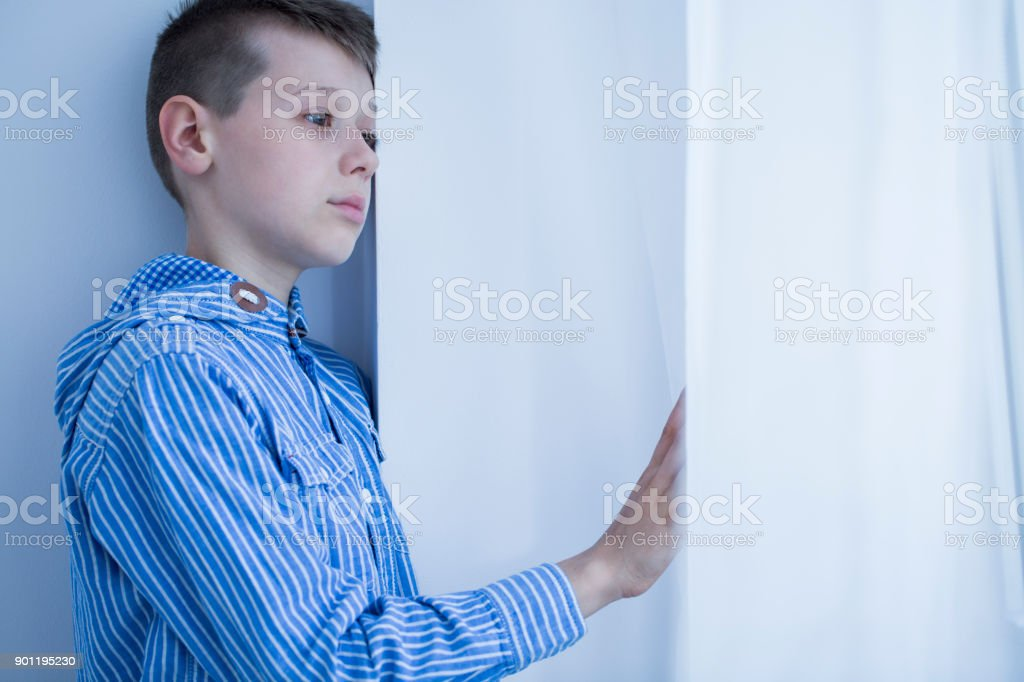 Huérfano solitario con apatía - foto de stock