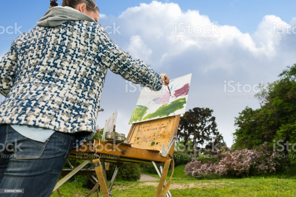 Solitaire femme professionnelle à la mode de l'artiste travaillant en plein air - Photo