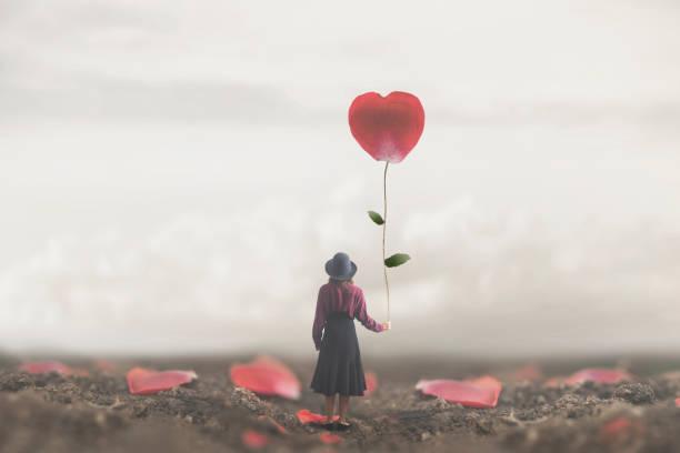 Einsame romantische Frau hält ein riesiges Blütenblatt zu Herzen – Foto