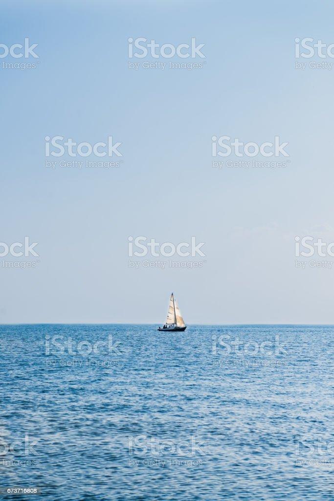 Lonely Sailing Boat in Sea photo libre de droits