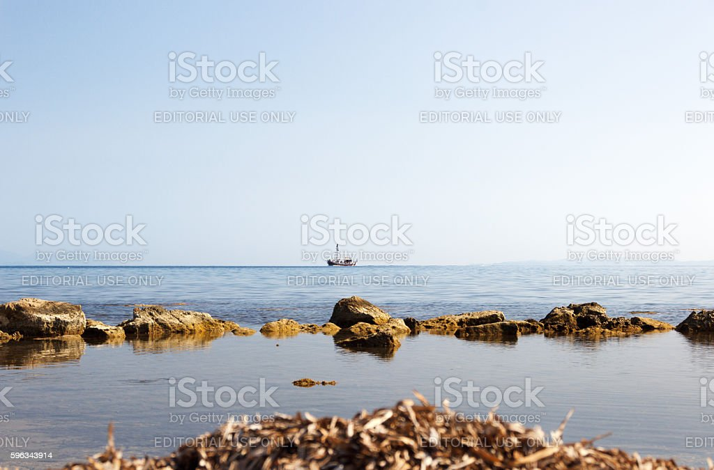 Lonely sailing boat in the sea on the horizon. Lizenzfreies stock-foto