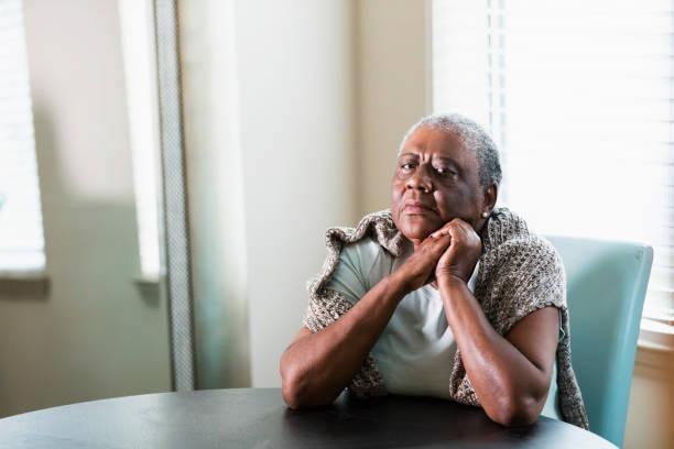 Einsame senior afro-amerikanische Frau zu Hause – Foto