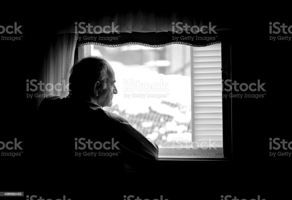 Einsam senior Mann schaut am Fenster – Foto