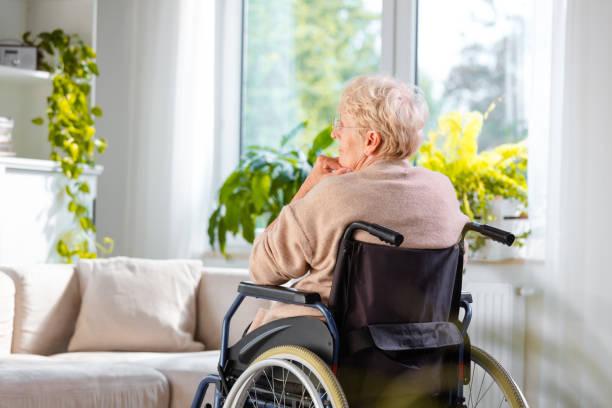 Einsame ältere Frau sitzt im Rollstuhl in ihrem Haus – Foto