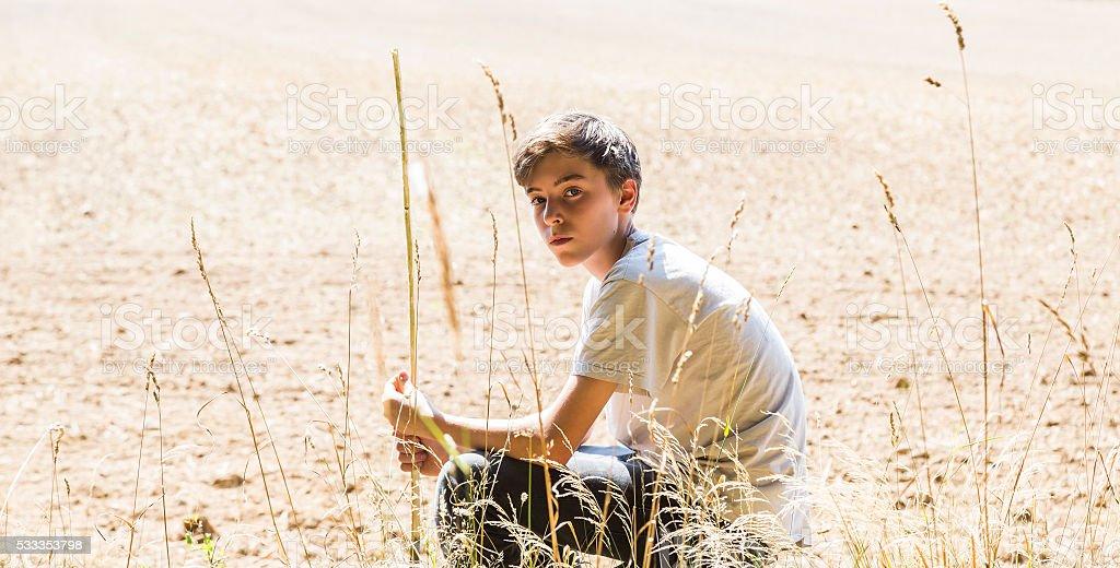 Einsam Teenager sitzen in der Sonne – Foto