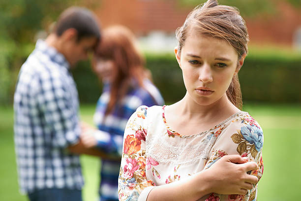 孤独な 10 代の少女ジーラスのカップルの背景 - 羨望 ストックフォトと画像