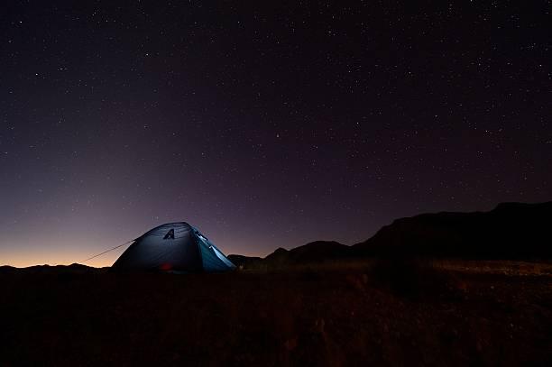 Einsam Zelt gegen den Sternenhimmel – Foto