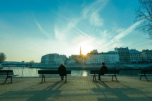 Lonely ensemble rives de la Seine à Paris au coucher du soleil, des bancs homme femme - Photo