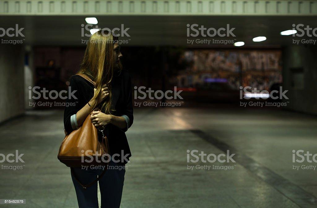 Einsame Frau in die Unterführung – Foto