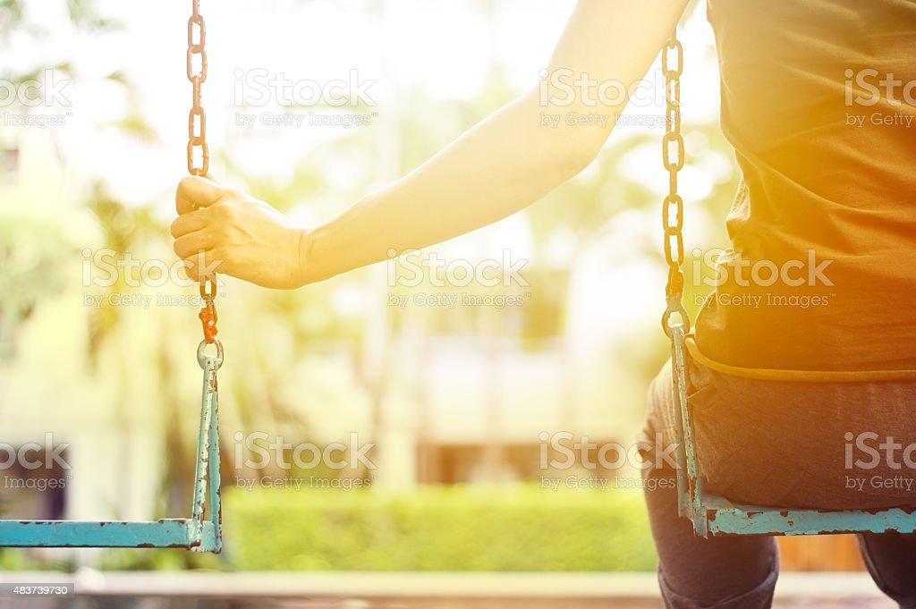 Solitaire femme manquer son petit ami tout en se balançant dans le parc - Photo