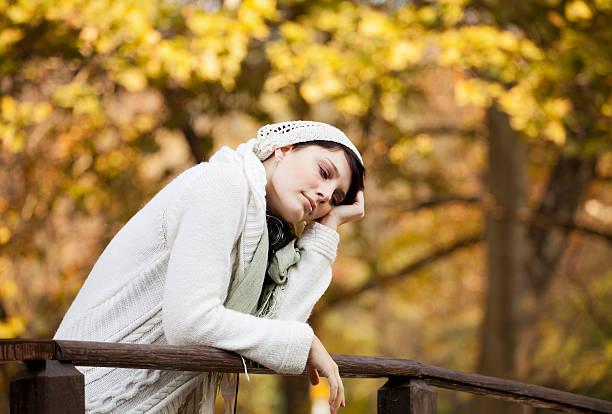 einsame frau - migräne vorbeugen stock-fotos und bilder