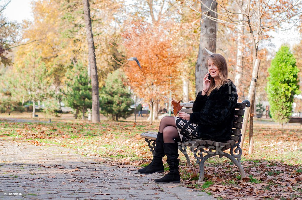 Lonely woman sitting on bench at city park. photo libre de droits