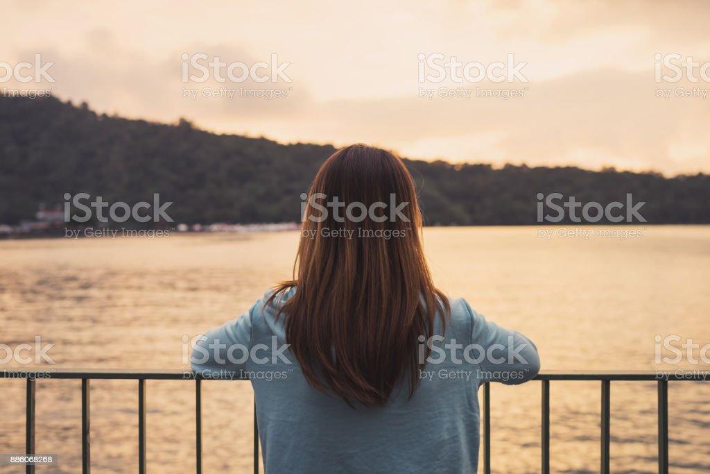 Einsame Frau stehend abwesend Gleichgesinnten am Fluss – Foto