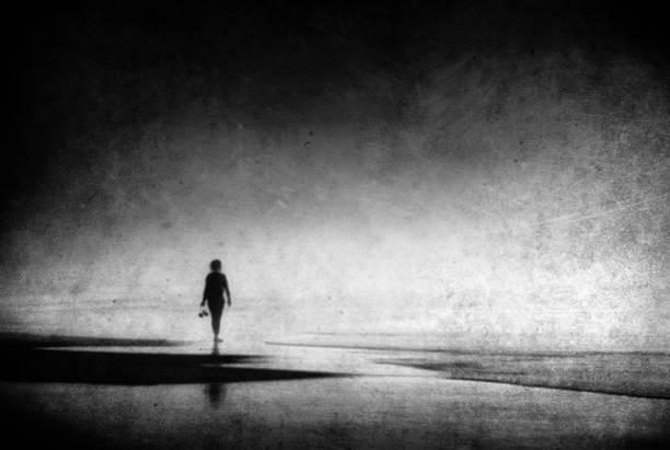 solitaria mujer caminando en la playa con texturas Grunge - foto de stock