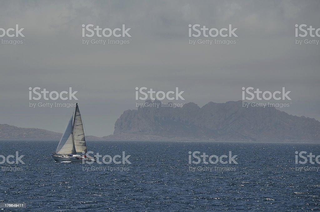 Lonely yate en el Mar Mediterráneo foto de stock libre de derechos