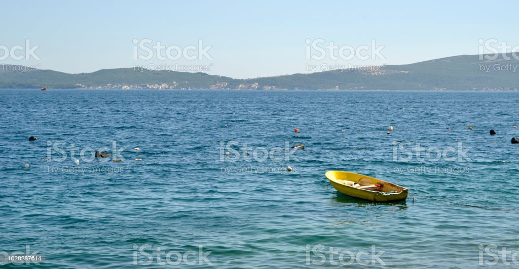 Lonely yellow boat in the bay - foto stock