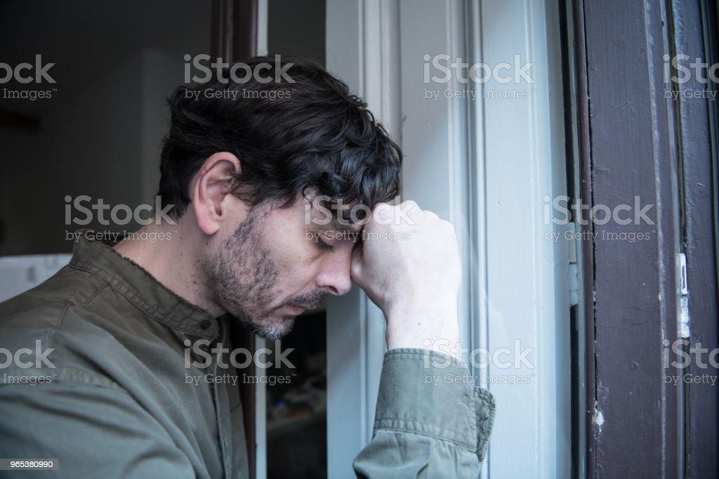 외로운 젊은이 집 발코니 우울, 찾고 밖으로 찾고 파괴, 슬 프 고 통과 정서적 위기와 슬픔 어렵고 중요 한 생활 결정의 생각 - 로열티 프리 40-49세 스톡 사진
