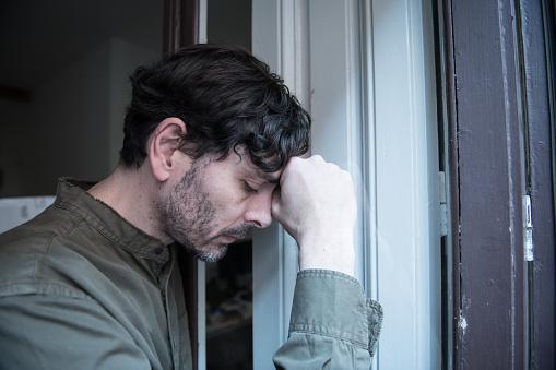 외로운 젊은이 집 발코니 우울 찾고 밖으로 찾고 파괴 슬 프 고 통과 정서적 위기와 슬픔 어렵고 중요 한 생활 결정의 생각 40-49세에 대한 스톡 사진 및 기타 이미지